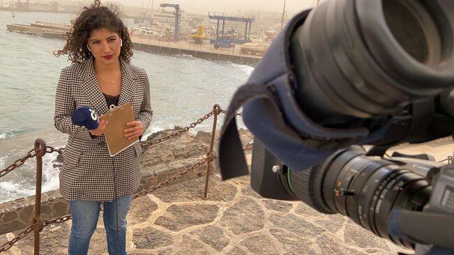 Raquel Guillán, reportera de Televisión Canaria, durant una connexió / RTVC